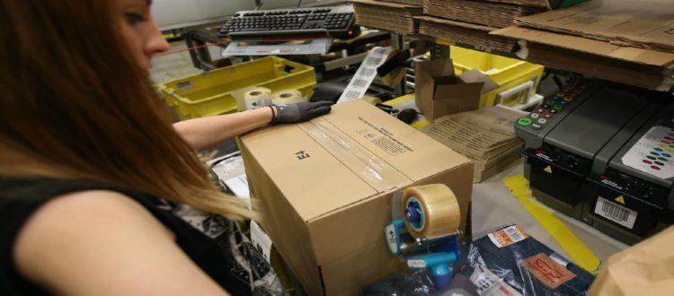 Amazon παρακολουθεί τους εργαζομένους της