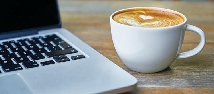 καφές στο laptop