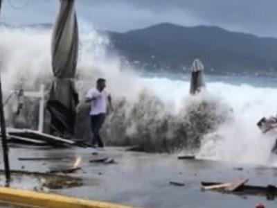 Τρέχουν να μαζέψουν ομπρέλες εν μέσω του κυκλώνα