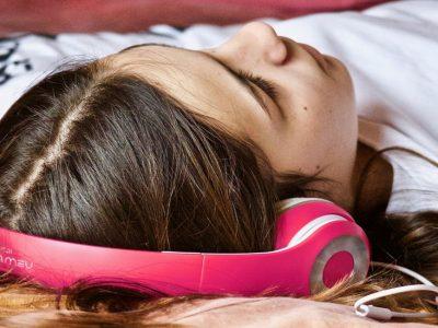 Τι παίζει με τον ύπνο του Σαββατοκύριακου