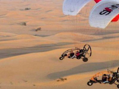 Πετώντας με παραμότορ πάνω από την έρημο